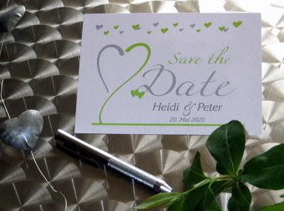 Save the Date - Postkarte mit grünen Herzen