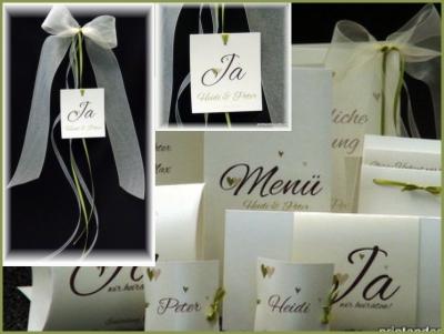 Personalisierte Autoschleifen für eine Hochzeit in edlem elfenbein.