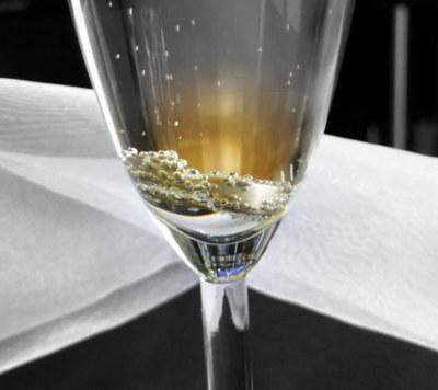 Hochzeitsring in einem Sektglas