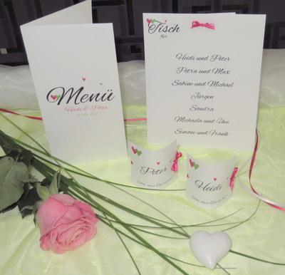 Hochzeitsdekoration mit passenden Tischkarten in grün und pink.