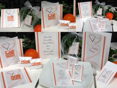 Hochzeitsdekoration mit ausgefallenen Hochzeitskarten in orange
