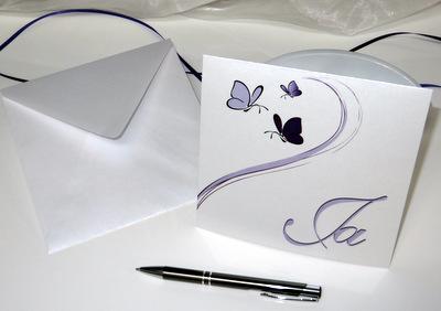 Moderne Einladung zur Hochzeit mit Taufe mit Schmetterlingen in lila.