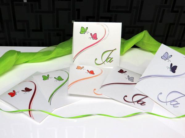 Schmetterlinge in bunten Farben auf edlen Hochzeitskarten.