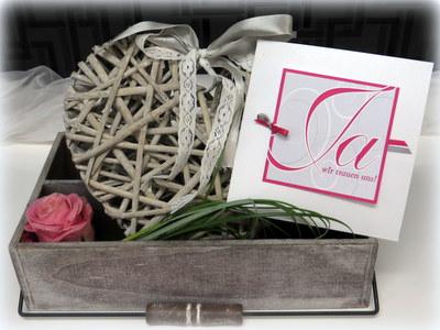 Hochzeitseinladung mal anders - mit einer hübschen Dekoration in rosa und grau.