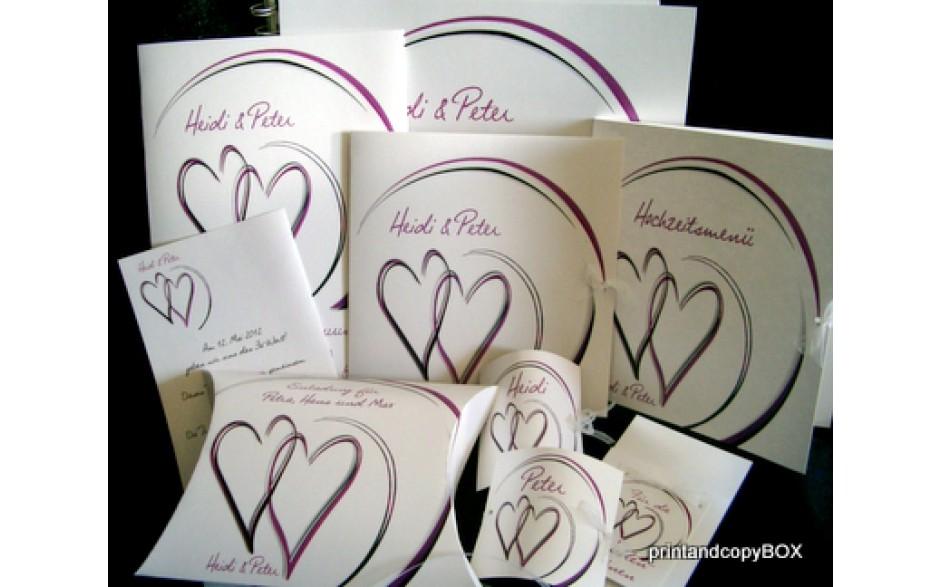Moderne Hochzeitskarten mit Herzen in aubergine.