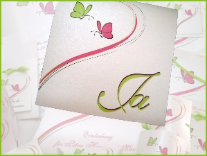 Hochzeitseinladung und die passende Papeterie mit Schmetterlingen in pink und grün.