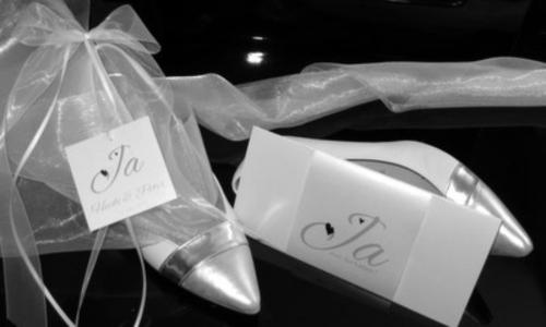 Topaktuelle Hochzeitskarte und die passende Autoschleife.