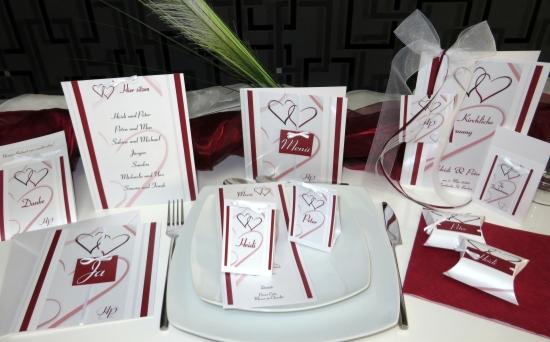 Ausgefallene Hochzeitseinladungen und die passende Hochzeitsdeko in bordeauxrot.