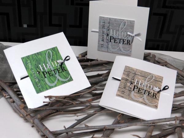 Moderne Hochzeitskarten mit einer braunen Deko in Holzoptik.