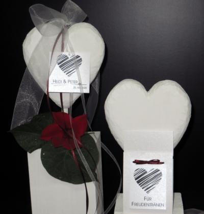 Hochzeitsaccessoires mit schwarzen Herzen und edlen Bändern.