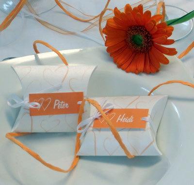 Moderne Gastgeschenke in aktuellem orange und weiß.