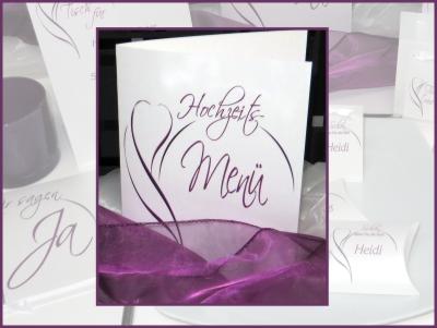 Moderne Menükarte für eine Hochzeit mit Dekoration in lila und weiß.