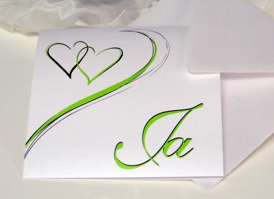 Moderne Hochzeitseinladung mit grünen Herzen