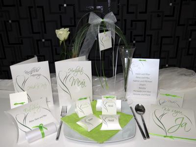 Kreative Hochzeitskarten und die passenden Antennschleifen in grün und weiß.
