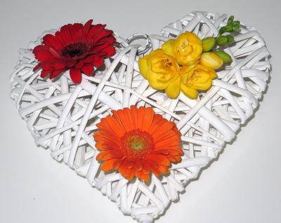 Blumendekoration für eine Traufe