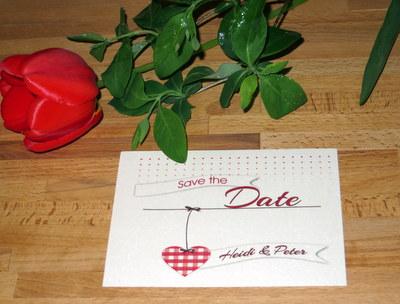 Ausgefallene Save-the-Date-Karte in creme und Rot