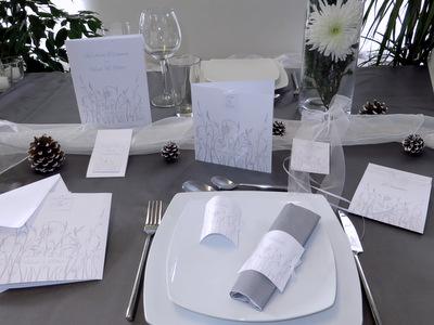 Winterliche Hochzeitskarten mit einem Design in grau und weiß.