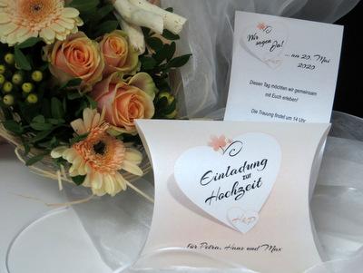 Apricotfarbene Hochzeitseinladungen mit den Initialen des Brautpaares