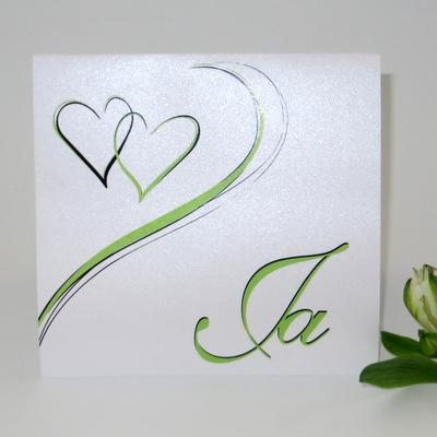 Edle Einladungskarten für Ihre Hochzeit mit grünen Herzen.