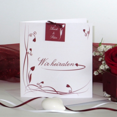Moderne Einladungskarte zur Hochzeit in passender Dekoration.