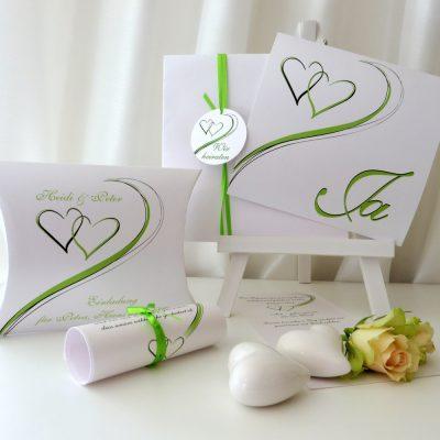 Aktuell und romantisch ist dieses Kartenset für die Hochzeit mit Taufe.