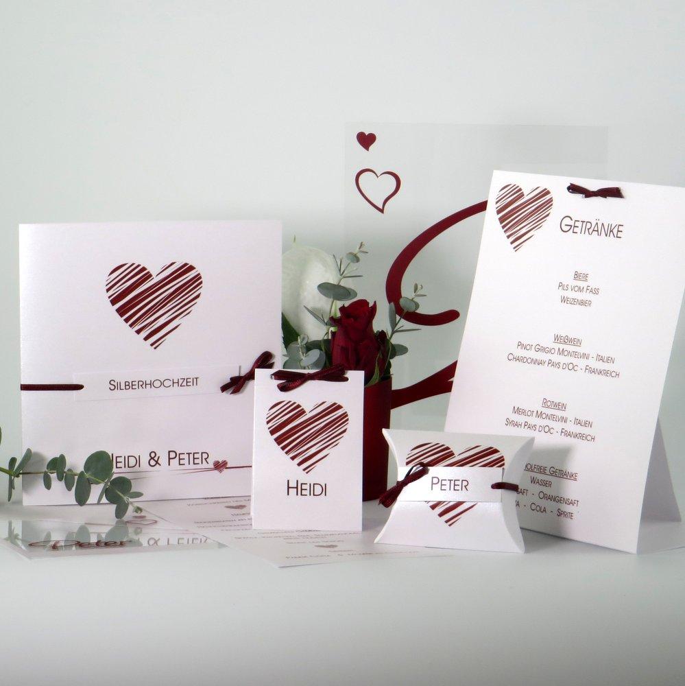 Karten und Dekoration zur Silberhochzeit mit einem dunkelroten Herz.