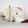 Kartenset für die Hochzeit mit Taufe, das mit bordeauxroten Blumen und Details gestaltet ist.